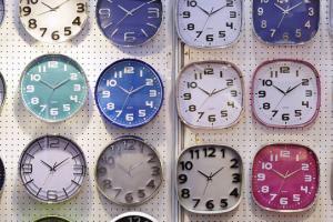 Изображение часов со стрелками. В некоторых школах Англии их хотят заменить на цифровые