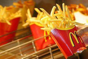 Картошка-фри на фотографии. Это блюдо в McDonald's в пятницу можно получить бесплатно