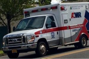 Мужчина с ножевыми ранениями доставлен в больницу в Портленде. Ведется следствие. На фото машина скорой помощи
