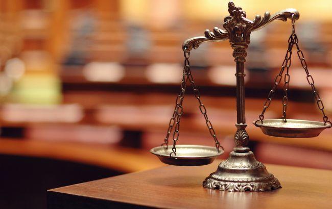 Мужчина из Портленда обманул более 100 человек, присвоив крупную сумму. Символ правосудия на фотографии