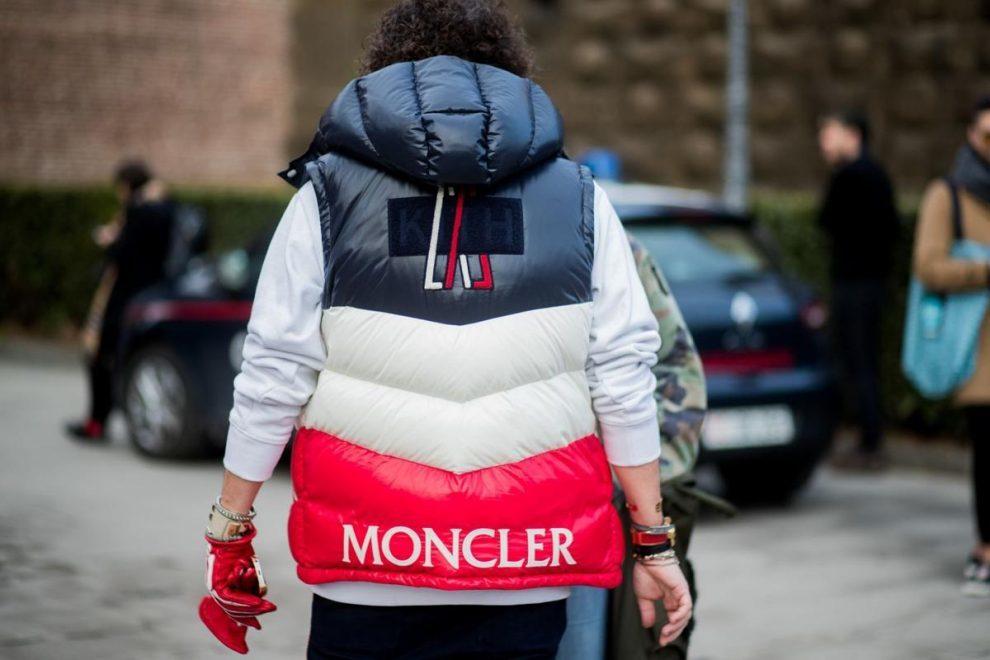 На фото куртка Moncler. Такие вещи запретили носить в одной из школ Англии