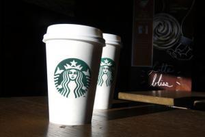 Starbucks предлагает услугу по доставке кофе. На фото кофе от Starbucks