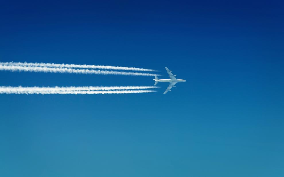 Самолет прилетел в другую страну. На фото авиалайнер в небе