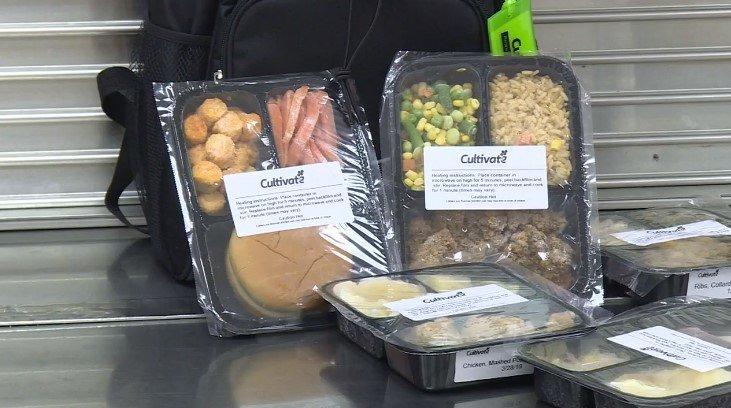 В штате Индиана учащимся из нуждающихся семей дают еду на выходные. На фотографии упакованная еда