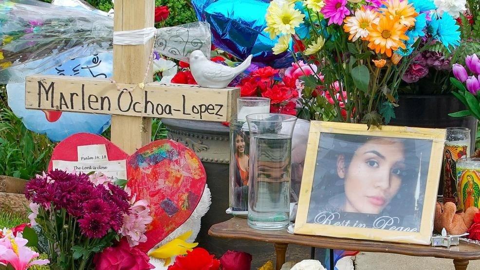 В Чикаго убили женщину на 9-м месяце беременности. Ребенка вырезали из тела. На фото цветы для погибшей Marlen Ochoa-Lopez