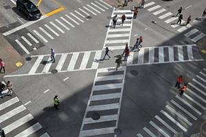 В Нью-Йорке объявляют войну мобильным телефонам на пешеходных переходах. На фотографии переход для пешеходов