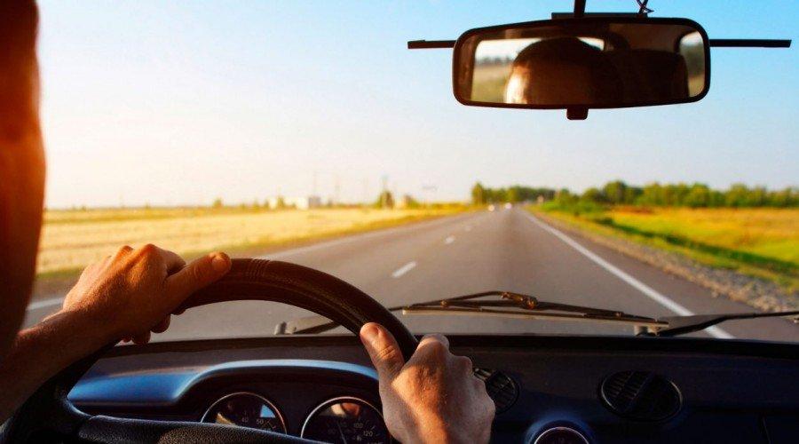 Названы города с лучшими водителями в США: Портленд не в их числе . На фотографии человек за рулем автомобиля