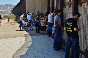 Трамп пообещал выслать из США «миллионы нелегальных мигрантов». На фотографии граница США и Мексики
