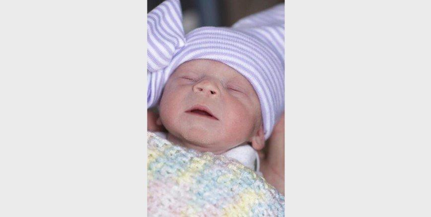 Американка впервые родила после трансплантации матки от умершего донора. На фотографии новорожденная девочка