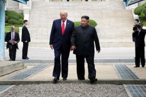 Трамп ступил на территорию КНДР. На фотографии запечатлен исторический момент