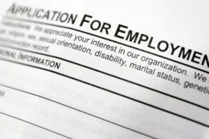 Уровень безработицы в Орегоне рекордно снизился за последние годы. На фотографии форма заявления о приеме на работу