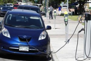В Орегоне зарегистрировано 25 тыс. электромобилей. На фото электромобиль на заправке