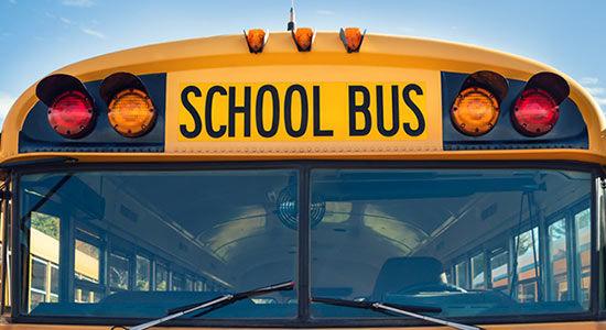Безопасность в школьном автобусе: напоминание детям и родителям. На фотографии школьный автобус