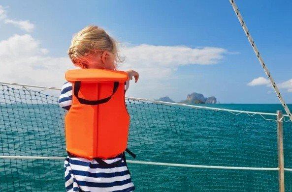 Спасательные жилеты могут сохранить жизнь. На фотографии ребенок в спасательном жилете