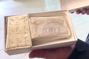 Женщина купила за $450 два куска мыла вместо iPhone. На фото содержимое коробки