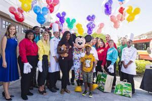 Ребенок потратил свои деньги, чтобы помочь пострадавшим от урагана, и попал в Disney World. На фотографии ребенок, пожертвовавший деньги
