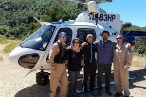 Послание в бутылке помогло спасти туристов, застрявших у водопада в Калифорнии. На фотографии спасенные туристы