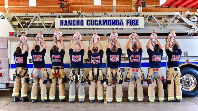 Девять пожарных одновременно стали отцами. На фотографии папы с детьми
