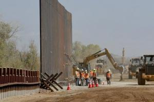 Стена в 450 миль: в Аризоне уже активно строят. На фотографии процесс строительства стены