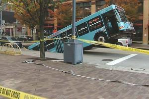В Питтсбурге автобус провалился под землю. Фото с места происшествия