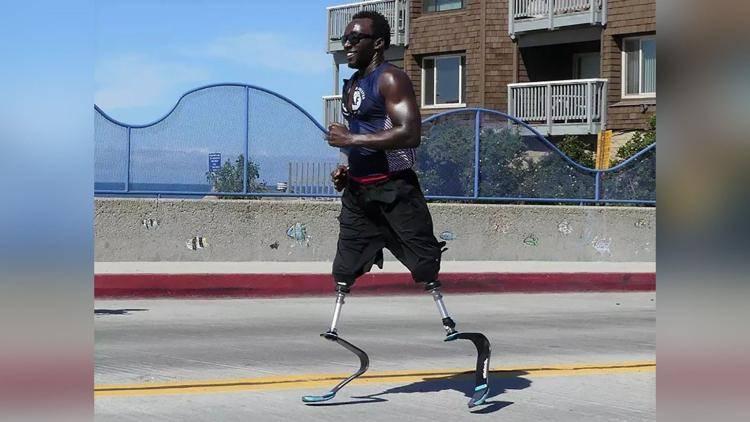 У него нет ног и он провел годы на улице, но он участвует в одной из самых сложных гонок в мире. На фото Родерик Сьюэлл, участник соревнований по триатлону на Гавайях