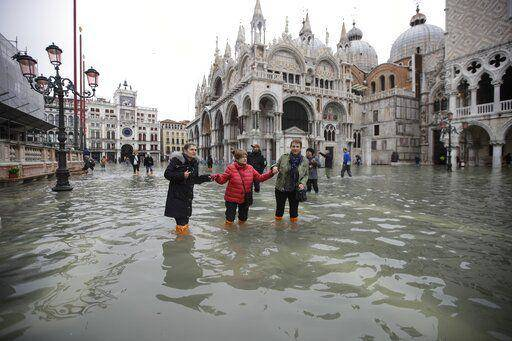 Настоящая катастрофа: в Венеции самое сильное наводнение за 50 лет. На фото затопленная площадь